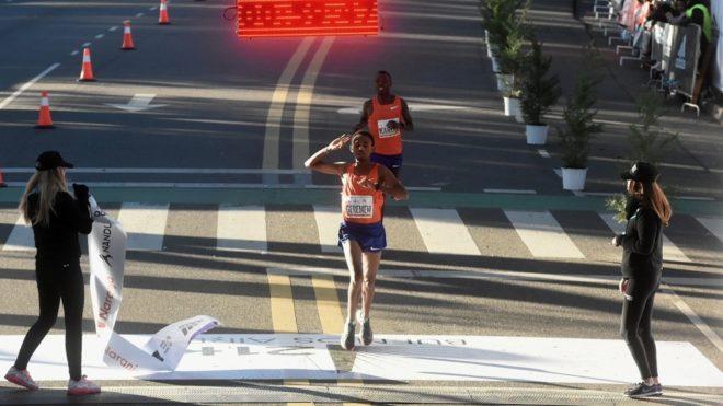 Geremew y Karoki en la llegada de la Media Maraton de Buenos Aires